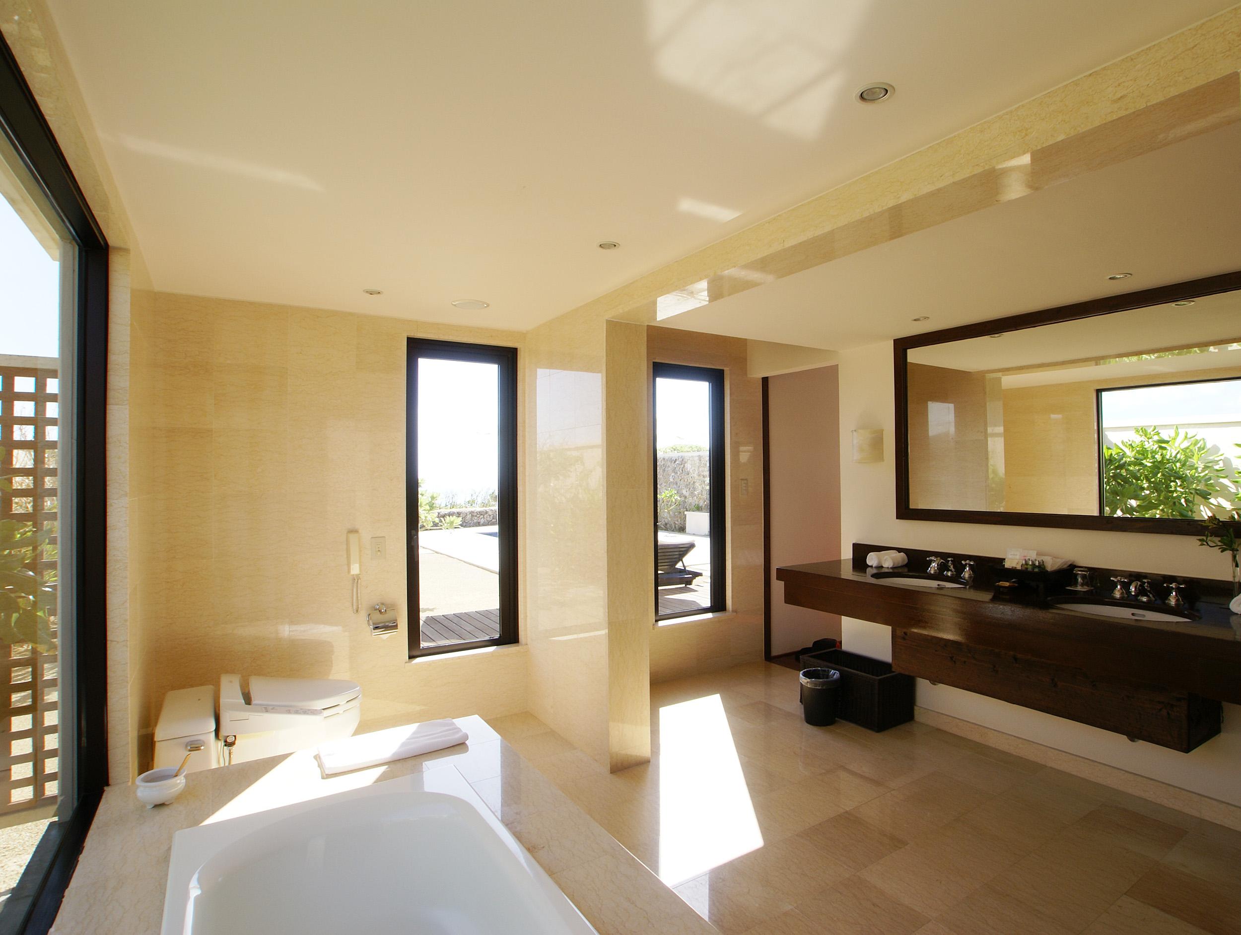 総大理石張りのバスルーム