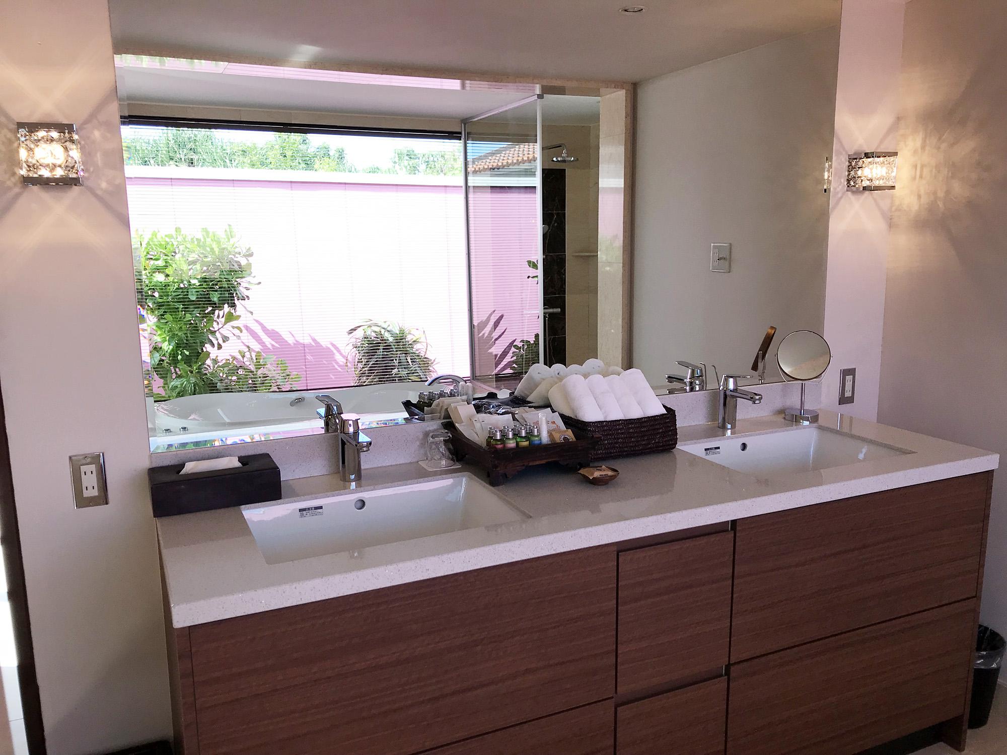 大理石張りのバスルーム
